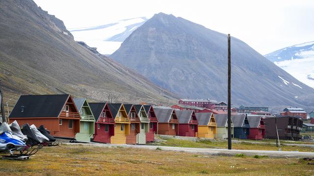 Regjeringen vil kreve at folk har tre års botid i en norsk kommune for å kunne ha stemmerett i Longyearbyen.