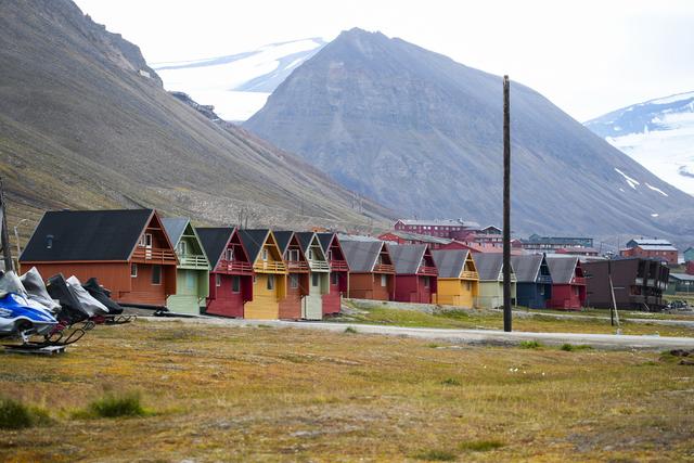 Regjeringen vil kreve at folk har tre års botid i en norsk kommune for å kunne ha stemmerett i Longyearbyen. Arkivfoto: Lise Åserud / NTB