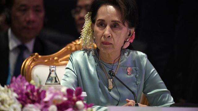 Det er ventet at Aung San Suu Kyi vil få uttale seg i rettssaken mot henne som starter mandag. Her var Suu Kyi i Thailand i 2019.