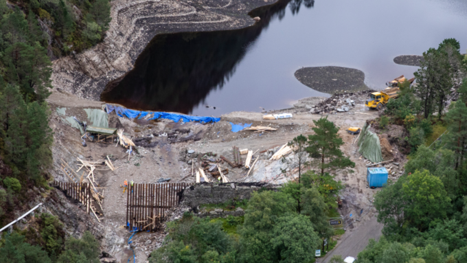 Den midlertidige demningen ved Munkebotn brast i august 2018.