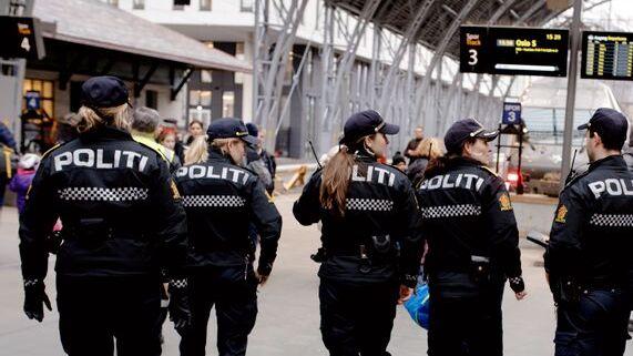Politiet ble med russen på toget til Geilo i fjor. Det var tredje år på rad de gjorde det. I år fraråder de turen på det sterkeste på grunn av koronasituasjonen.
