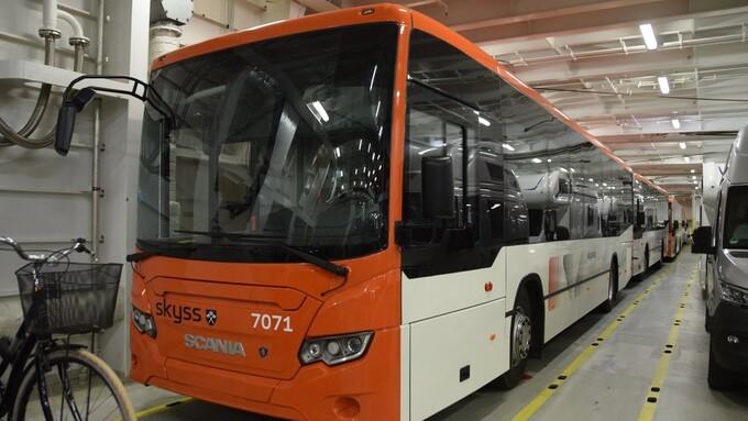 PÅ VEI TIL BERGEN: Splitter nye busser ankom Bergen via Hirtshals søndag kveld.