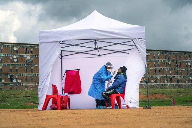 Bare én av sju tilfeller med koronasmitte oppdages i Afrika, ifølge en ny studie fra Verdens helseorganisasjon (WHO). Her blir en mann testet for korona i Johannesburg i Sør-Afrika. Arkivfoto: Jerome Delay / AP / NTB