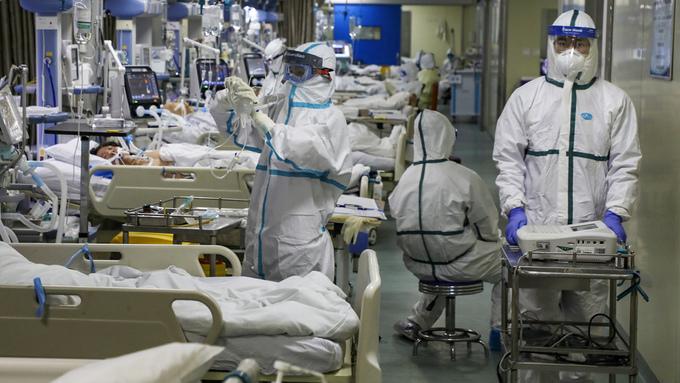 Helsearbeidere behandler pasienter på et sykehus i Wuhan. Minst seks helsearbeidere i tillegg til sykehusdirektør for Wuchang-sykehuset, Li Wienlang, har dødd av det nye koronaviruset, mens 1.716 er blitt smittet, ifølge offisielle tall.
