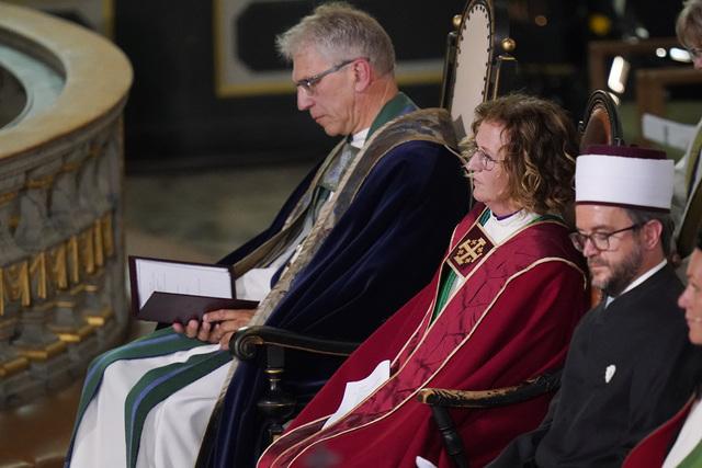Preses i bispemøtet Olav Fykse Tveit og biskop Kari Veiteberg under gudstjenesten i Oslo domkirke, 10 år etter terrorangrepet 22. juli 2011.
