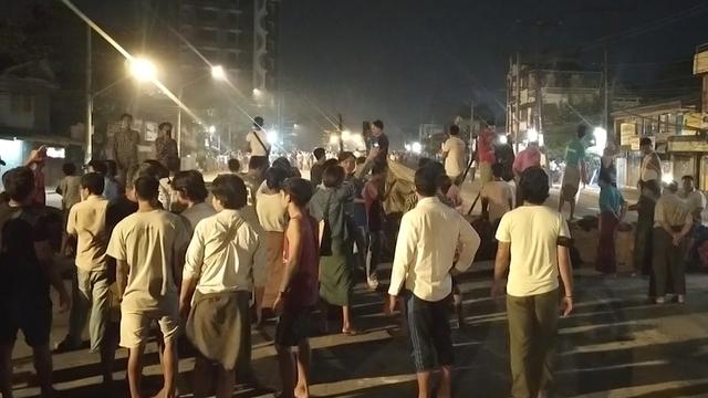 Folk samlet seg trass portforbudet som gjelder fra klokken 20 for å vise støtte med de omtrent 200 studentene som er sperret inne av sikkerhetsstyrker i et nabolag i Yangon.