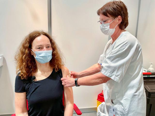 Folkehelsedirektør Camilla Stoltenberg (63) fikk torsdag sin første dose koronavaksine i Bydel Nordre Aker i Oslo. – Det er stort, sa hun. Stoltenberg fikk sin vaksinedose torsdag ettermiddag, og måtte som alle andre på vaksinesenteret sitte i kø og svare på de vanlige spørsmålene om hun har vært i utlandet, eller om noen rundt henne har vært syke.