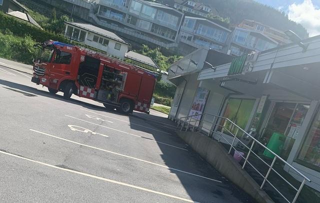Slik ser det ut utenfor Kiwi-butikken mens brannvesenet ventilerer.