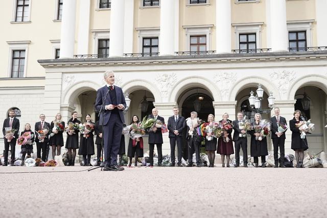 Statsminister, Jonas Gahr Støre (Ap) og den nye regjeringen på Slottsplassen.