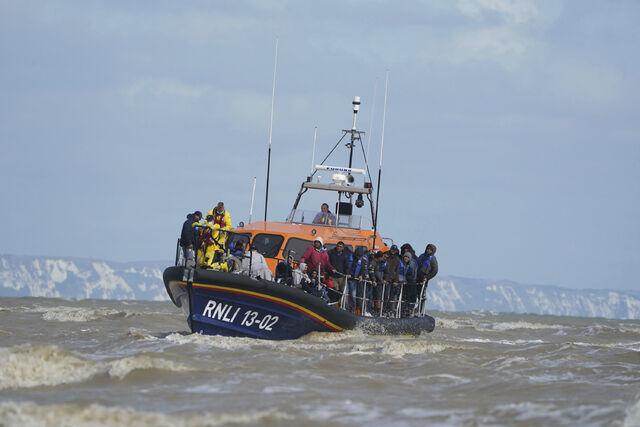 En gruppe folk, som antas å være migranter, blir tatt i land ved Dungeness etter en hendelse i Den engelske kanal ved Kent. Til nå i år er det registrert nesten dobbelt så mange kryssinger over kanalen som i hele fjor.