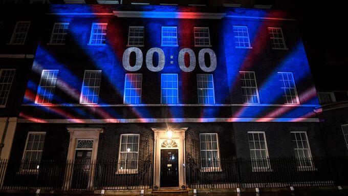 Statsministerboligen Downing Street nr. 10 klokken 2300, London-tid.