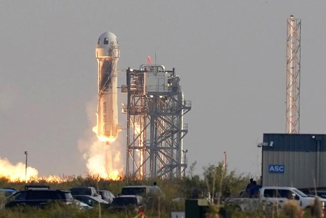 Blue Origin planlegger å ha en romstasjon i bane rundt jorda innen 2030. Dette bildet er fra da selskapet skjøt opp raketten New Shepard fra Texas i juli i år. Foto: AP / NTB