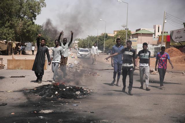 Demonstrantene i Khartoum brente bildekk for å markere sin misnøte mot militærkuppet.