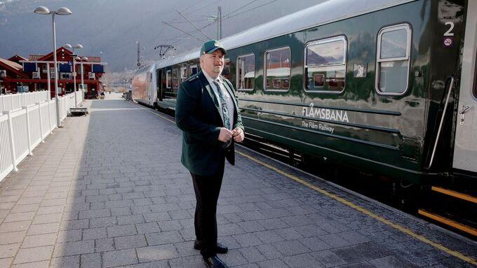 Erling Midttun er konduktør ved Flåmsbana. Her fra Flåm i april i år, som da ikke hadde noen turister.