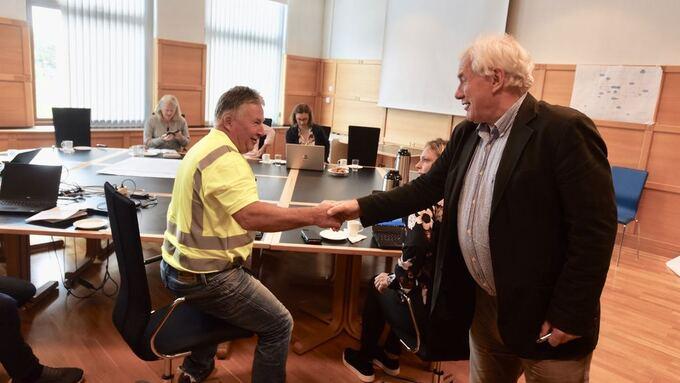 Varaordførar Bård Espelid (til h.) ønskjer Geir Ove Haugland  frå vann- og avløpsetaten velkomen til det dei håpar skal vere det siste møtet før kokevarselet på Askøy blir oppheva.