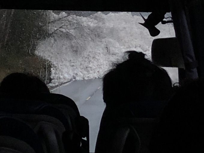 SNØSKRED: Snøskredet sett fra innsiden av bussen.