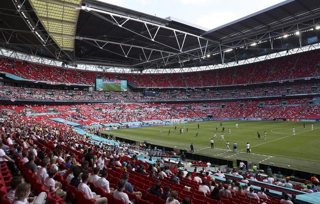En tilskuer ble alvorlig skadd da han falt fra en tribuneseksjon ned på en annen under EM-kampen mellom England og Kroatia på Wembley i London. Foto: Catherine Ivill, Pool via AP / NTB
