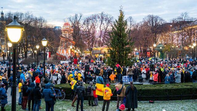Demonstrasjonen mot koronatiltakene i Oslo lørdag startet på Fridtjof Nansens plass ved Rådhuset.