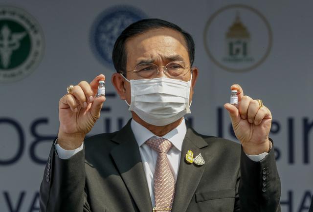 Thailands statsminister Prayut Chan-o-cha håper på full gjenåpning for turister innen oktober. Her viser han fram doser med kinesisk Sinovac-vaksine, som er tatt i bruk. Foto: AP / NTB