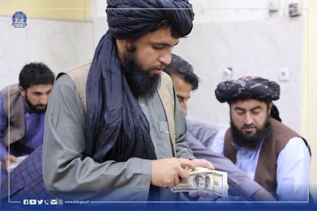 Her blir penger som angivelig er beslaglagt hos medlemmer av den avgåtte regjeringen i Afghanistan, telt av landets nye makthavere.