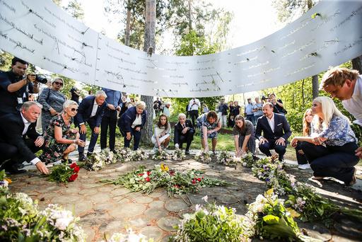 Raymond Johansen, Peggy Hessen, Thorbjørn Jagland, statsminister Erna Solberg, Jonas Gahr Støre, kronprins Haakon og kronprinsesse Mette Marit under minnemarkeringen på Utøya, 10 år etter terrorangrepet 22. juli 2011.
