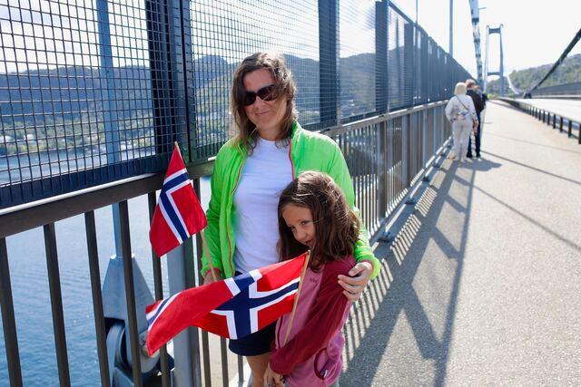 Mamma Kristin Juvik og Sofie Paulsen (6) var møtt opp på Askøybroen for å vinke farvel.