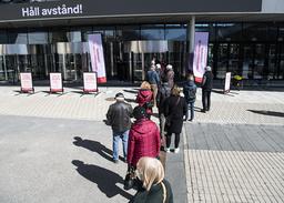Ved Stockholmsmässan i den svenske hovedstaden står folk i kø for å få vaksine. Det siste døgnet har Sverige offisielt passert 1 million smittetilfeller i løpet av pandemien. Foto: Fredrik Sandberg / TT Nyhetsbyrån / AP / NTB
