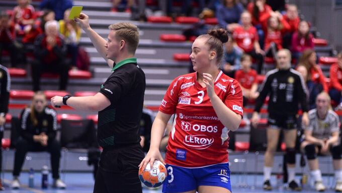 Petter Eia Lien, som dømmer kampen, gir Fanas trener, Erlend Lyssand en advarsel