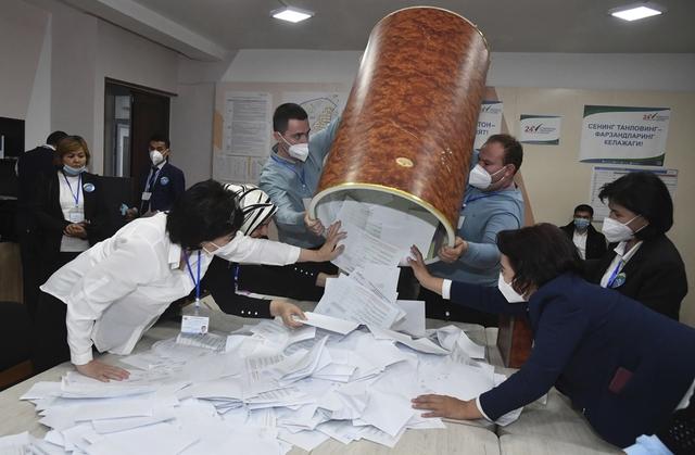 Valgarbeidere gjør klart for stemmeopptelling søndag. Foto: AP / NTB
