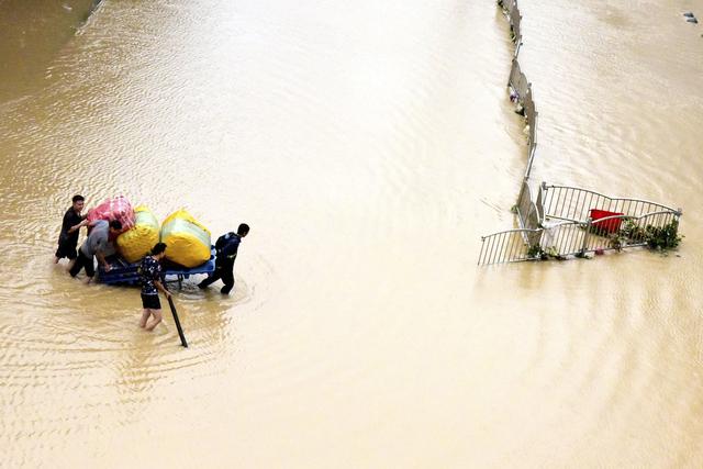 Store områder står under vann i storbyen Zhengzhou og andre deler av Henan-provinsen i Kina. Foto: AP / NTB