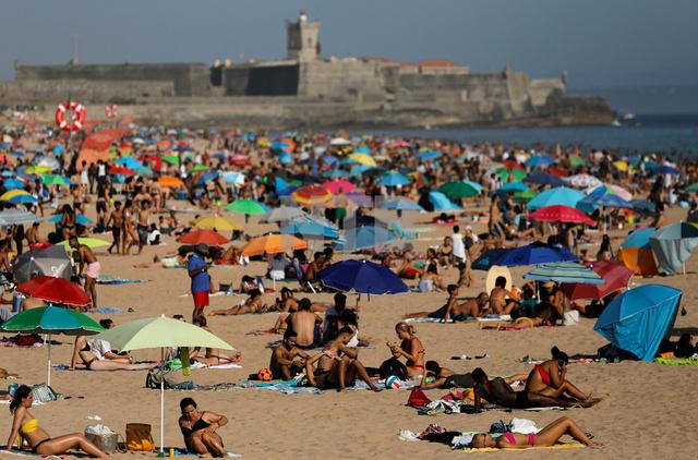 Carcavelos-stranden når Lisboa kan igjen befolkes av europeiske turister.
