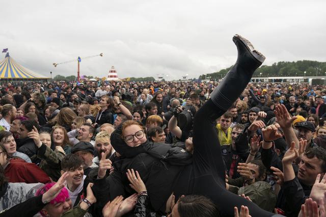 I helgen arrangeres Download Festival i England. Arrangementet gjennomføres som en studie av hvordan smittespredningen foregår i folkemengder. Antallet publikummere på musikk- og kunstfestivalen er betraktelig færre enn før pandemien. Foto: Joe Giddens/PA / AP / NTB