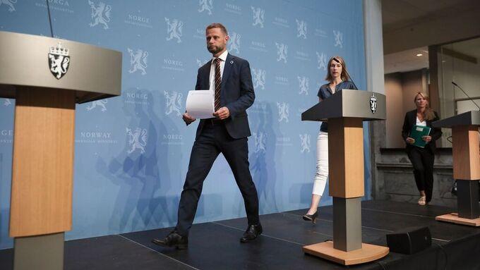 Helseminister Bent Høie (H), næringsminister Iselin Nybø (V) og Folkehelseinstituttets Line Vold på vei inn til dagens pressekonferanse.