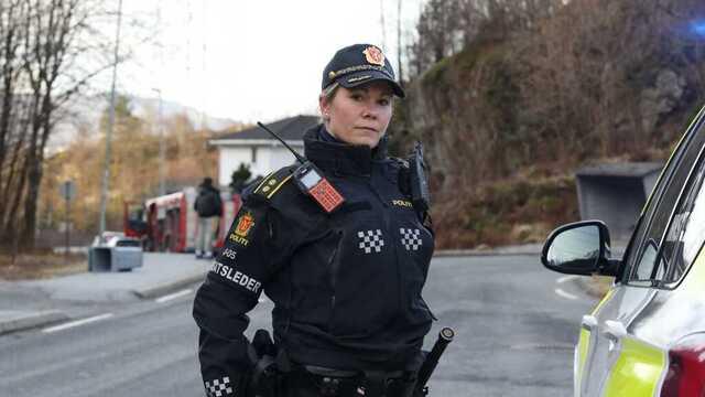Innsatsleder Tordis Myrseth i politiet sier at de snakker med vitner etter brannen.