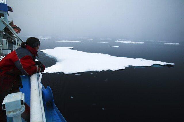 Forskere frykter at vi har passert punktet der det går an å redde sommerisen i Arktis. Her fra en klimaekspedisjon ved Svalbard. Foto: Jan-Morten Bjørnbakk / NTB.