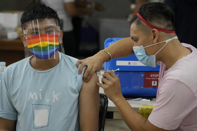 En mann blir vaksinert i Quezon på Filippinene mandag. Foto: Aaron Favila / AP / NTB