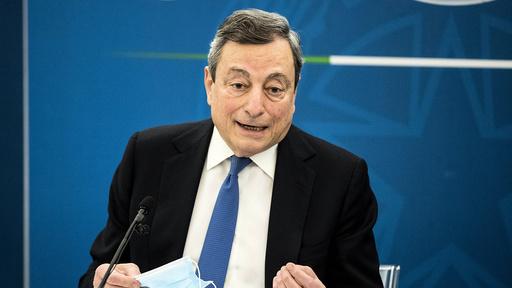 Italias statsminister Mario Draghi møtte pressen fredag og fortalte at uteserveringen på restauranter kan gjenåpne i noen regioner fra 26. april. Foto: Roberto Monaldo/LaPresse via AP / NTB