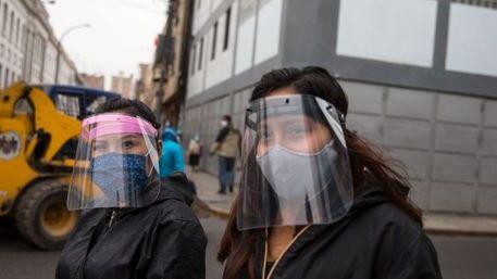 Masker og munnbind er påbudt på offentlig transport i Lima i Peru.