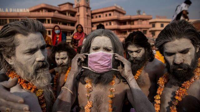 Smittespredningen øker i India. Likevel møttes mange på en hindufestival i helgen.