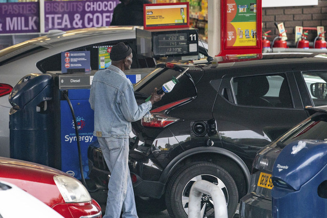 Bilister i kø for å kjøpe bensin i London, der køene er lange og noen bensinstasjoner har måttet stenge på grunn av manglende leveranser av bensin som følge av akutt sjåførmangel. Foto: Dominic Lipinski /PA via AP / NTB
