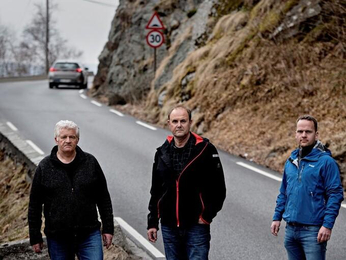 SLIPPER BOM HER: Her på Tellevikvegen kommer det likevel ikke bomstasjon. Men beboerne Arild Markussen (til v.), Helge Bertelsen og Svend Lindhjem må fortsatt belage seg på bomstasjon litt nærmere Hordvik.