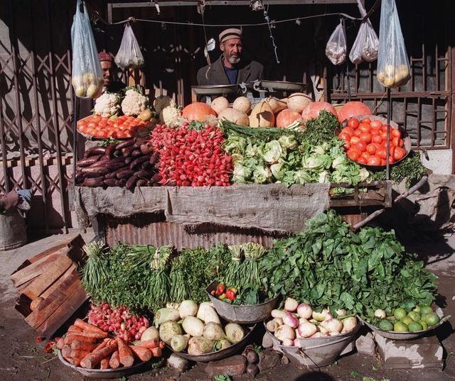 Afghanistan er egentlig et rikt landbruksland med mange varer, men klimaendringer og krigshandlinger har gjort det tøft for bøndene, og FN advarer om sult i landet til vinteren. Foto: Nina Haabeth/NTB