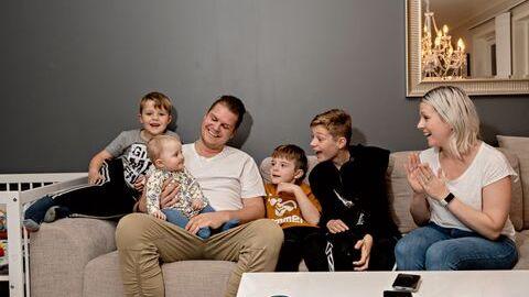 Smilene er tilbake etter at storfamilien i Alversund ble kvitt skabben. Camilla Danielsen og Espen Kjenes med barna William, Sofie, Sebastian og Adrian.