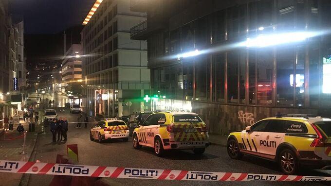 Det skal ha vært 6 politibiler og tre ambulanser på stedet i 03-tiden natt til lørdag. Politiet var bevæpnet.
