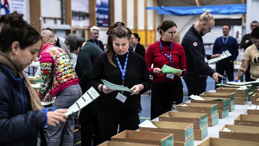Valgmedarbeidere på selve valgdagen på Grønland, 6. april. Foto: AP / Emil Helms / Ritzau via AP.