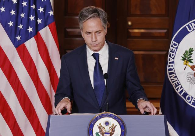 Mellom 100 og 200 amerikanere som ønsker å forlate Afghanistan, er fortsatt igjen i landet, ifølge utenriksminister Antony Blinken. Han lover at USA vil gjøre alt for å få dem ut. Foto: Jonathan Ernst / Pool via AP / NTB