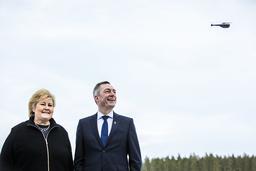 Statsminister Erna Solberg (H) og forsvarsminister Frank Bakke-Jensen (H) besøkte droneprodusenten Flir ved Hønefoss i 2019. Da fikk de demonstrert Black Hornet-dronen. Foto: Ole Berg-Rusten / NTB