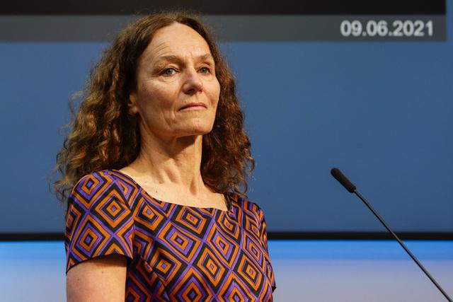 Folkehelseinstituttet, her ved direktør Camilla Stoltenberg, regner med at alle voksne vil få tilbud om andre vaksinedose innen midten av oktober. Det er en forsinkelse på fire–fem uker. Foto: Berit Roald / NTB