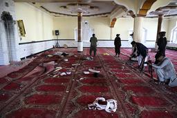Afghanske journalister dokumenterer ødeleggelsene etter en bombeeksplosjon i Shakar Dara-distriktet i Kabul fredag. Tolv personer ble drept da en bombe eksploderte i en moské under fredagsbønnen, til tross for at det var erklært våpenhvile. Foto: Rahmat Gul / AP / NTB