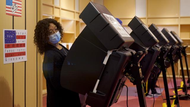 En kvinne stemmer i Kansas i helga. Det er ventet svært høy valgdeltakelse i høstens presidentvalg.